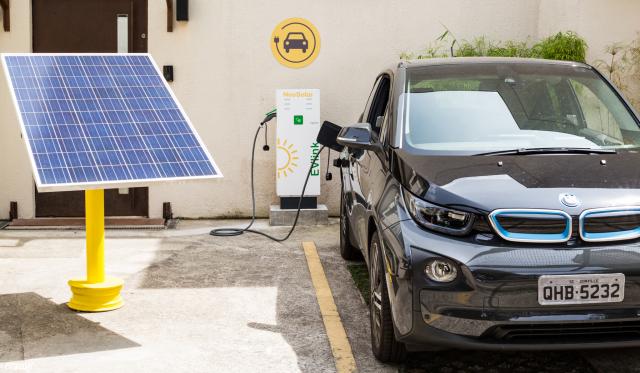 carros eletricos sendo abastecidos com postos de energia solar