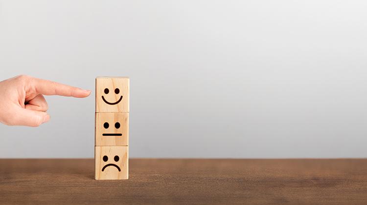 Pessoa apontando para níveis de satisfação. Imagem ilustrativa sobre case de sucesso.