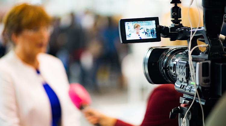 Pessoa sendo entrevistada por uma equipe de TV. Imagem ilustrativa de case de sucesso.