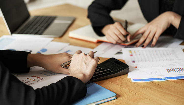 Grupo de pessoas fazendo cálculos.